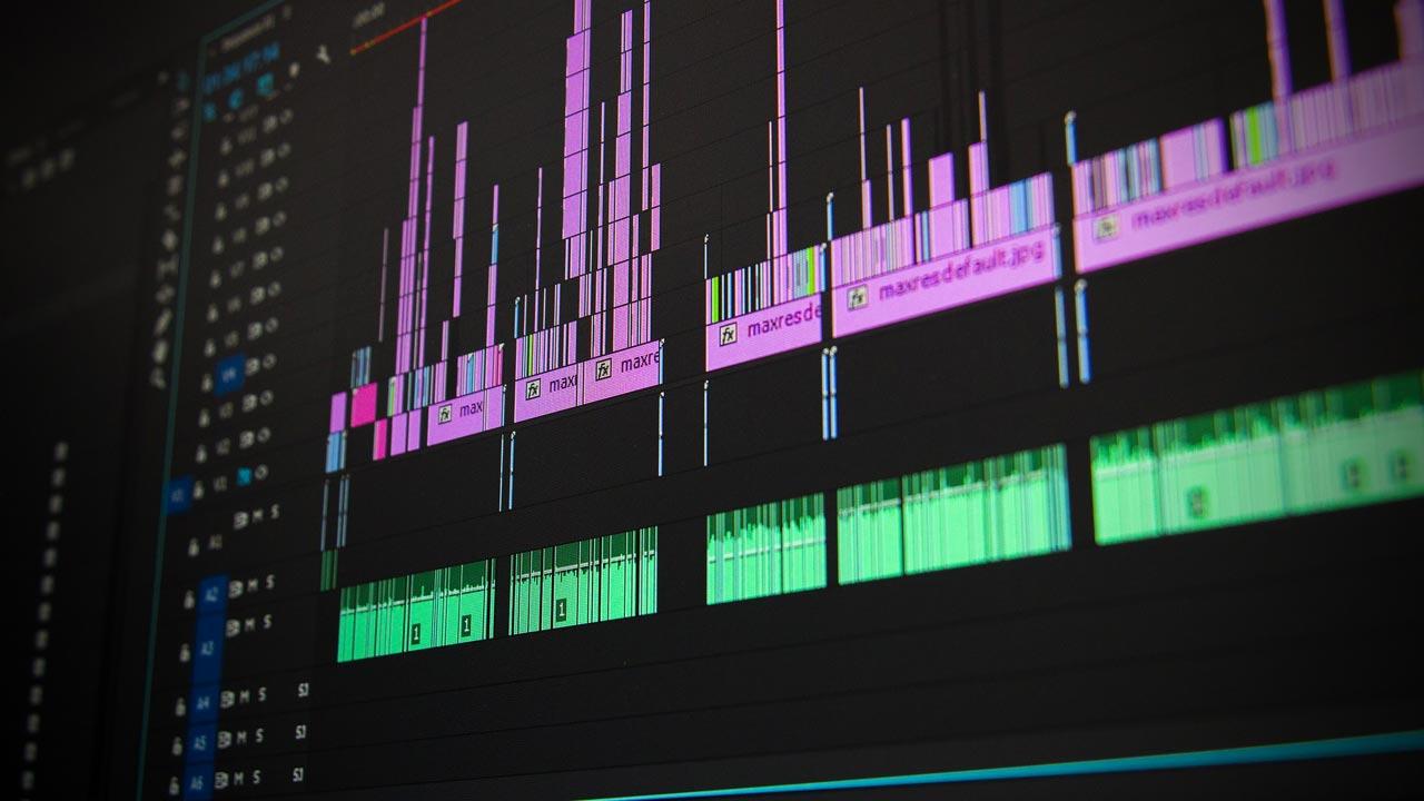 Am Computer werden die einzelnen Audioschnipsel zusammengesetzt.