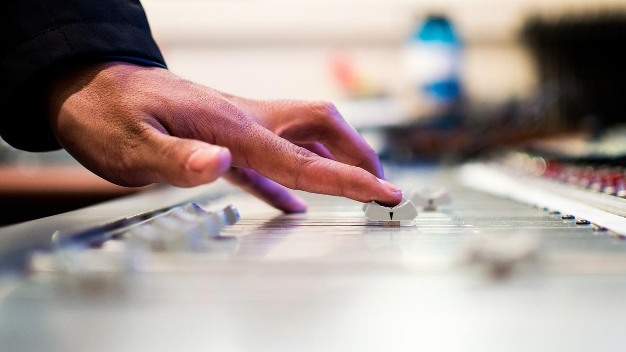 Der Aufnahmebereich ist geprägt durch jede Menge Technik, sowie Personal wie Synchronregisseur, Aufnahmeleiter und Tontechniker. Auch Kunden befinden sich im Aufnahmebereich.