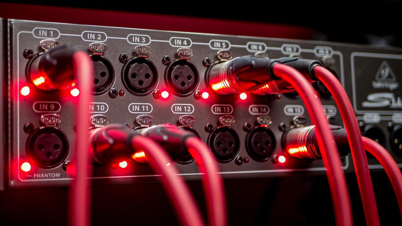 Jede Menge Kabel führen die Sprecherstimme zur Aufnahme.