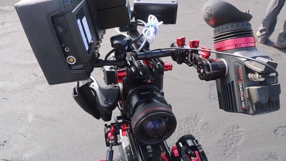 Die 4K Kamera im Einsatz bei einer Imagevideoproduktion. Bildquelle: https://business.panasonic.de/professional-kamera/AU-EVA1-kompakte-Kinokamera