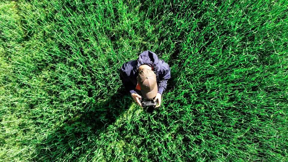 Drohnenpiloten unterliegen bestimmten Bedingungen. Bildquelle: https://pixabay.com/de/photos/von-oben-drohne-luftbild-im-flug-4180105/