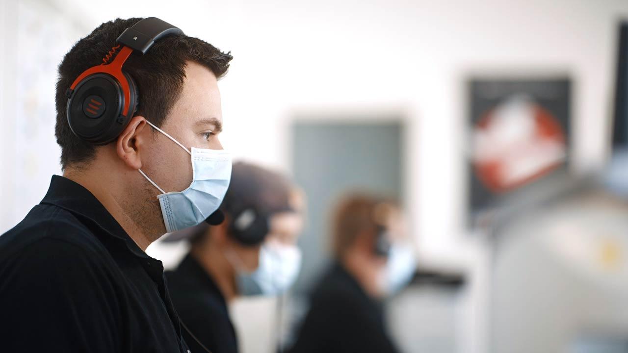 Wir tragen alle eine Maske bei der Arbeit im Studio. Hier zu sehen ist keine FFP2-Maske – diese nutzen wir jedoch.