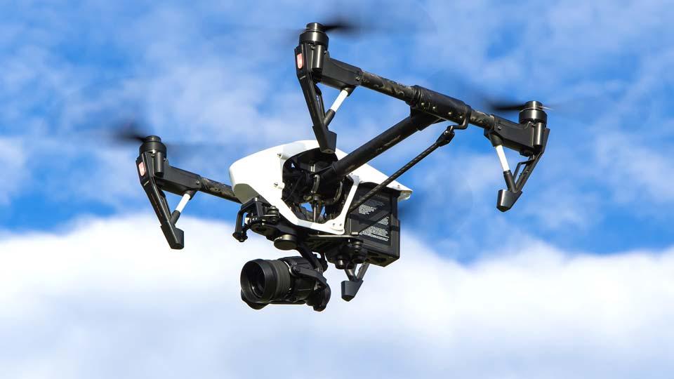 DJI ist einer von vielen Herstellern für Kameradrohnen. Bildquelle: https://pixabay.com/de/photos/drohne-multicopter-dji-inspire-1080844/