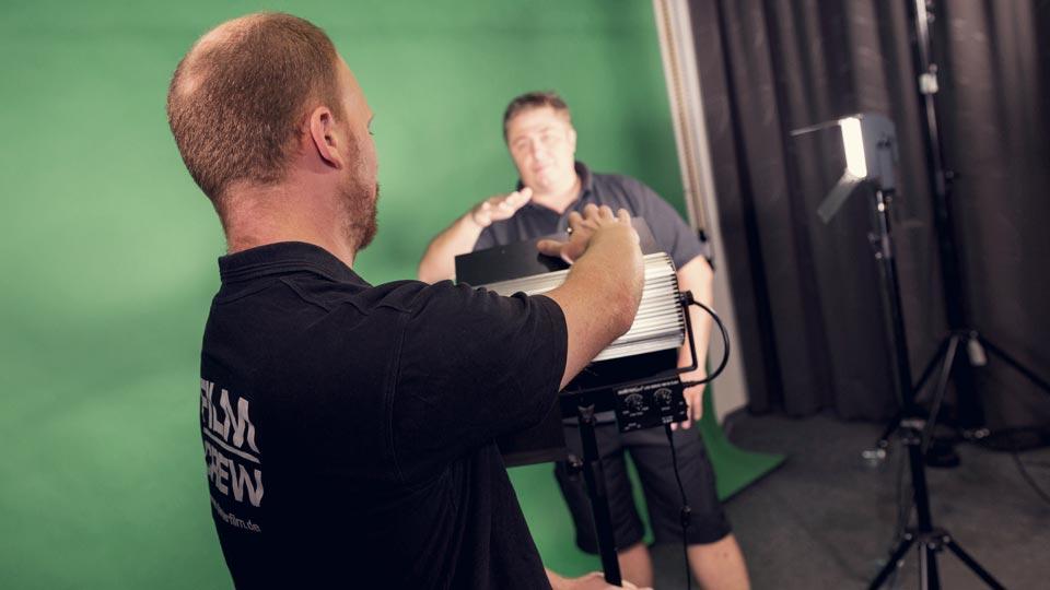 Der Testimonial-Film kann in unserem Filmstudio, bei Ihnen oder bei Ihrem Kunden produziert werden.