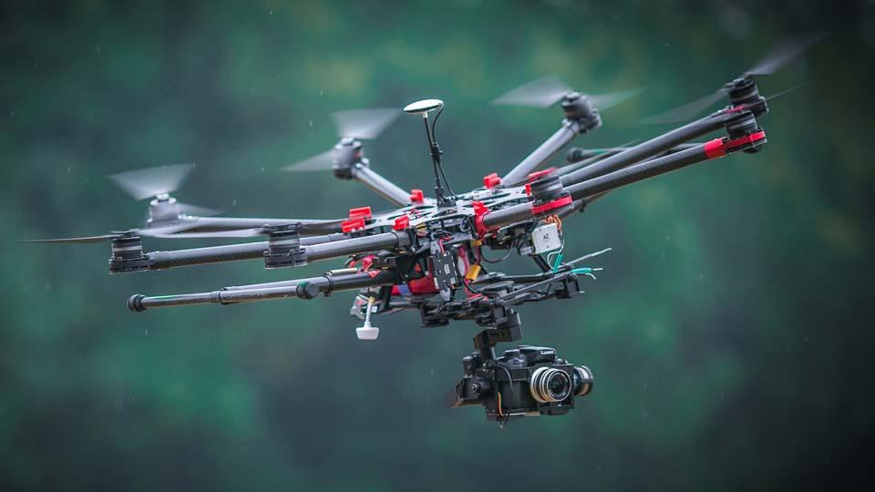 Kameradrohnen werden in bestimmte Klassen eingeteilt. Bildquelle: https://pixabay.com/de/photos/drohne-flugzeuge-flugzeug-flügel-3378073/