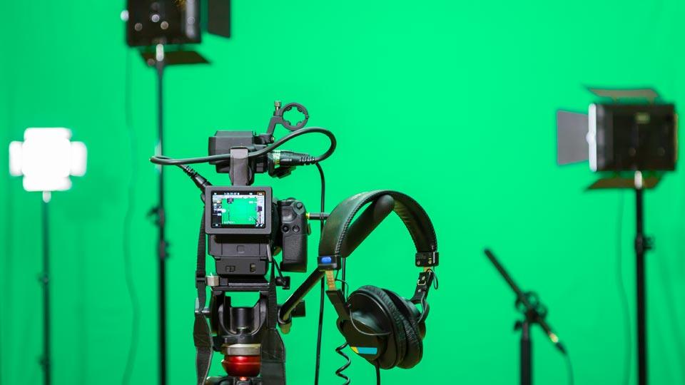 In unserem Filmstudio sind Sie herzlich willkommen, um Ihre Botschaft vor der Kamera aufzunehmen.