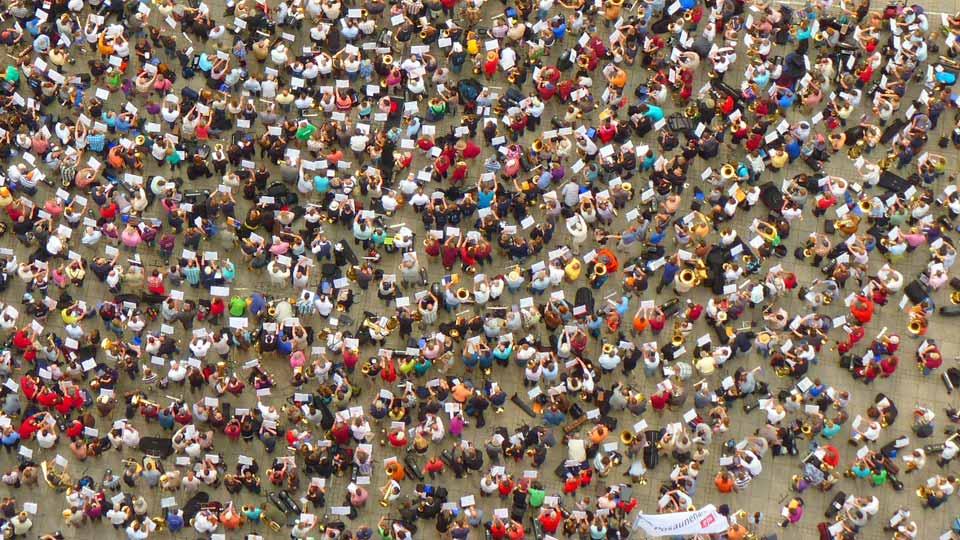 Filmaufnahmen mit Drohne über Menschenmassen unterliegen künftig noch stärkeren Regelungen. Bildquelle: https://pixabay.com/de/photos/streik-protest-menschen-gruppe-51212/
