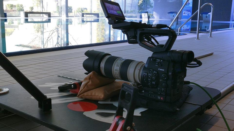 Für den Dreh in Heppenheim stellten wir die Kamera tief auf unseren Dolly. Das ermöglichte Kamerafahrten direkt am Beckenrand entlang.