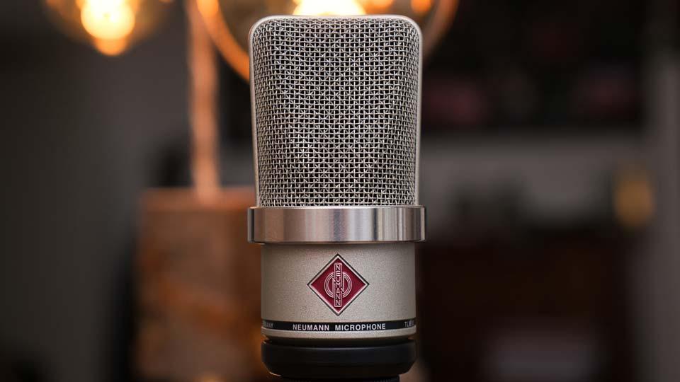 Die richtige Technik für Synchronisation, Vertonung und Untertitelung ist nur ein kleiner Teil des gesamten Prozesses. Bildquelle: https://pixabay.com/de/photos/mikrofon-neumann-audio-mic-studio-4126618/