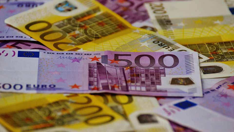Mit der richtigen Vorarbeit lässt sich bei der Filmsynchronisation viel Geld sparen. Bildquelle: https://pixabay.com/de/photos/geld-scheine-euro-scheine-währung-1508434/