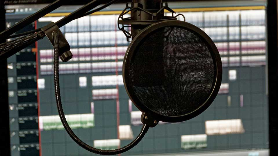 Synchronisation ist ein vielschichtiger Prozess. Die Sprachaufnahmen sind dabei nur ein kleiner Teil.  Bildquelle: https://pixabay.com/de/photos/studio-musik-mischpult-audio-1003136/