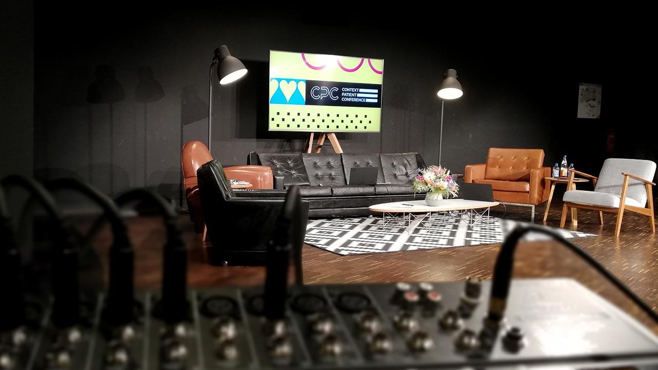 Für PARTNERSEITZ durften wir die CPC Konferenz streamen. Auf diesem Bild zu sehen: Ein Audiomischer mit dem einzigartigen Setting im Hintergrund.