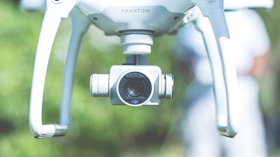 Genehmigungen müssen eingeholt werden für Luftaufnahmen mit Drohne in der speziellen und zulassungspflichtigen Kategorie. Bildquelle: https://pixabay.com/de/photos/kamera-drohne-fliegen-gadget-linse-1866961/