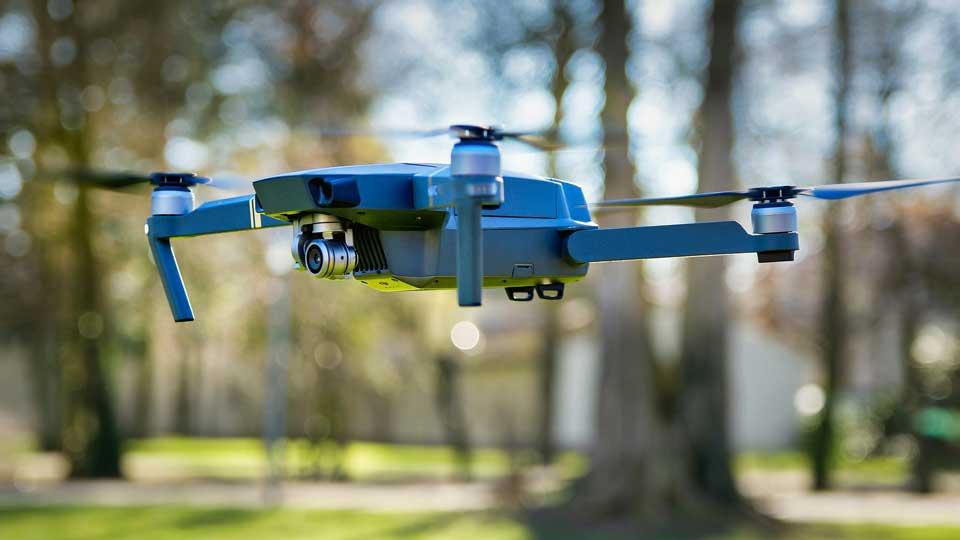 Luftaufnahmen mit Drohnen unterliegen ab dem Jahr 2020 neuen Vorschriften. Bildquelle: https://pixabay.com/de/photos/drohne-park-fliegen-kamera-3181111/