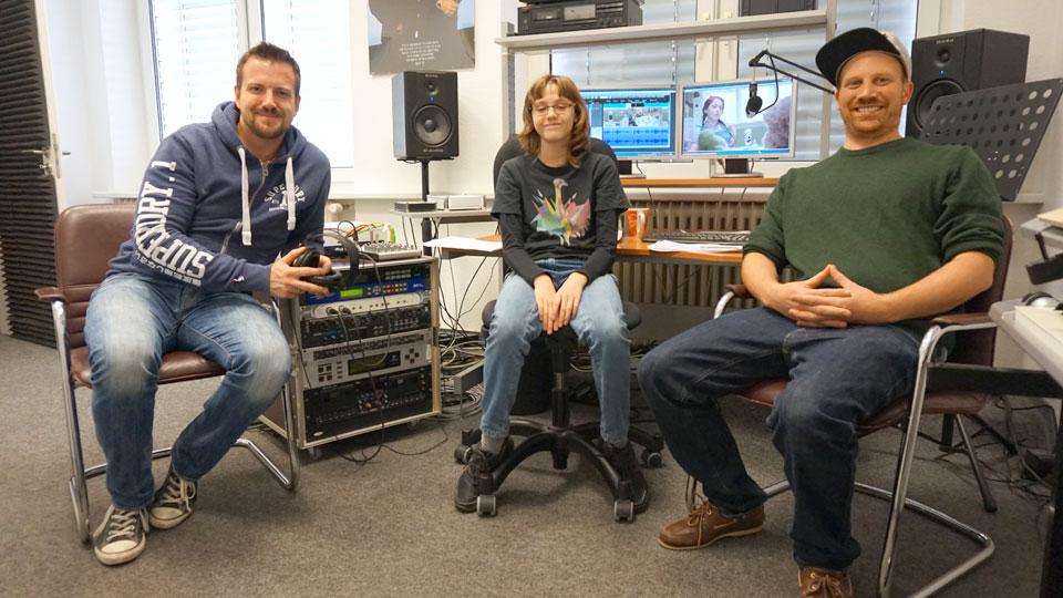 Synchronregisseur Brian Morrison, Sprecherin Mara Heim und Toningenieur Daniel Schuler führten die Lippensynchronisation durch. (v.l.n.r.)