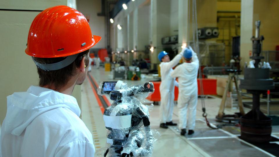 Kamerateams der Pioniere drehen an jedem Ort der Welt. Hier zu sehen: Kameramann Ralf im Kernkraftwerk.