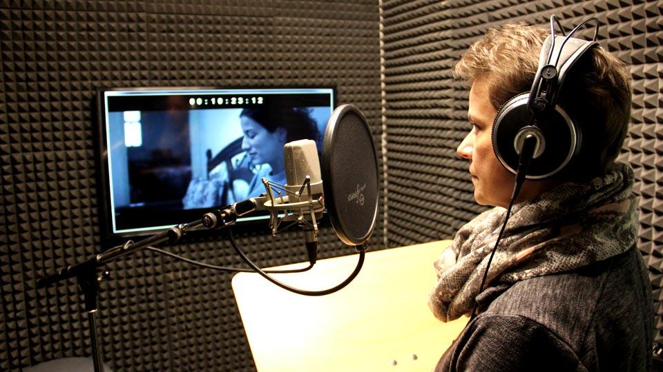 Sprecherin Petra Mott im Synchronstudio der Pionierfilm.