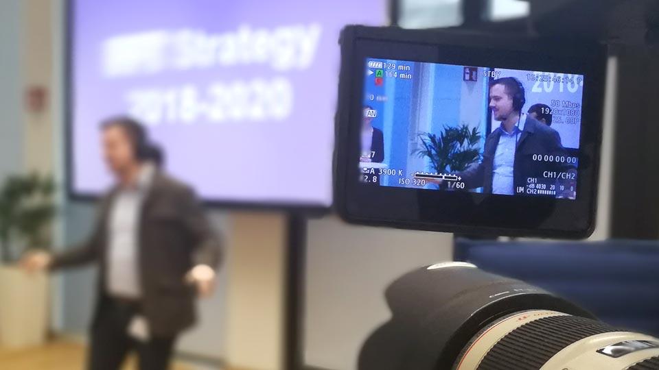 Eine genaue Erläuterung dessen was passiert ist absolut wichtig. Hier erklärt Pionier Brian Morrison den Beteiligten, wie der Livestream für Strategievermittlung durchgeführt wird.