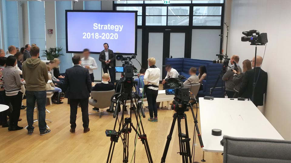 Die komplette Technik für den Livestream für Strategievermittlung war in einem anderen Raum untergebracht. Dort war auch unsere Visagistin tätig.