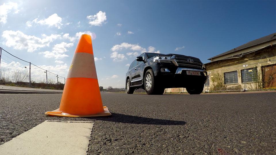 Newsbeitrag als Video produzieren: Gepanzerter Toyota Landcruiser im Test. Wo? Bei Carl Friedrichs in Frankfurt.