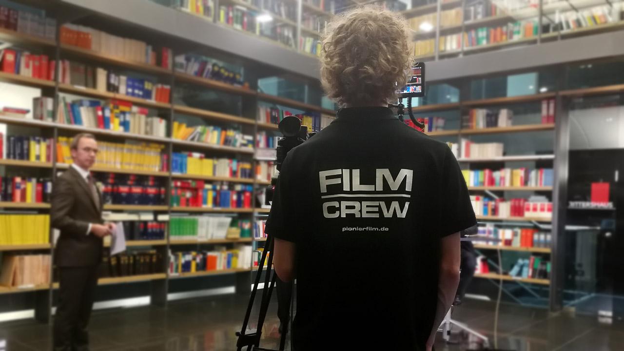 Als All-Round Streaming-Partner stellen wir Personal, Technik und Know-How. Hier zu sehen ist Pionier Marius Janke hinter einer der drei Kameras.