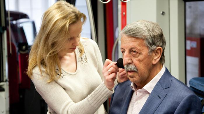 Visagistin Monika Schwanitz schminkt Ullrich Kienzle.