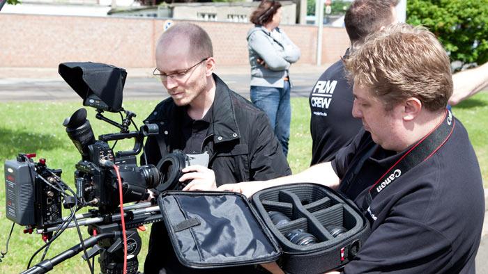 Währenddessen richten Ralf Biebeler und Daniel Klahr die Kameras her.