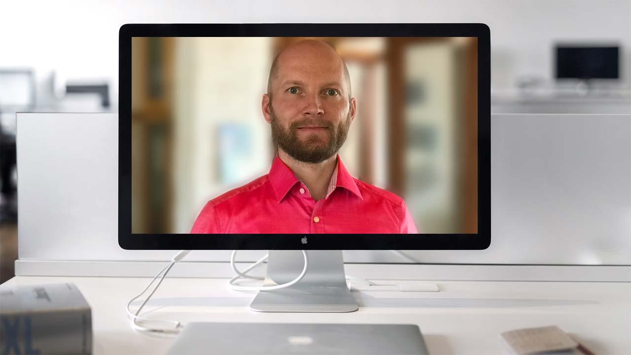 Stark leuchtende Farben oder zu viele Muster in der Kleidung sind bei einem Live Webcast kontraproduktiv.