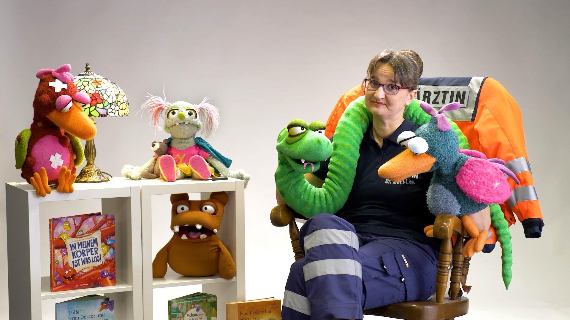 Die Puppen-spielende Notärztin steht oft in unserem Studio.