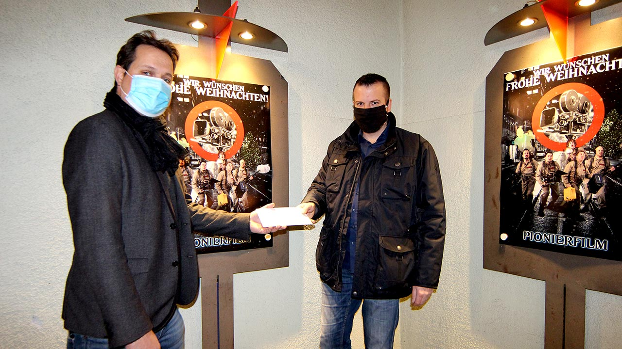 Pionier Brian Morrison übergibt 1.000,- € an Erdmann Lange.