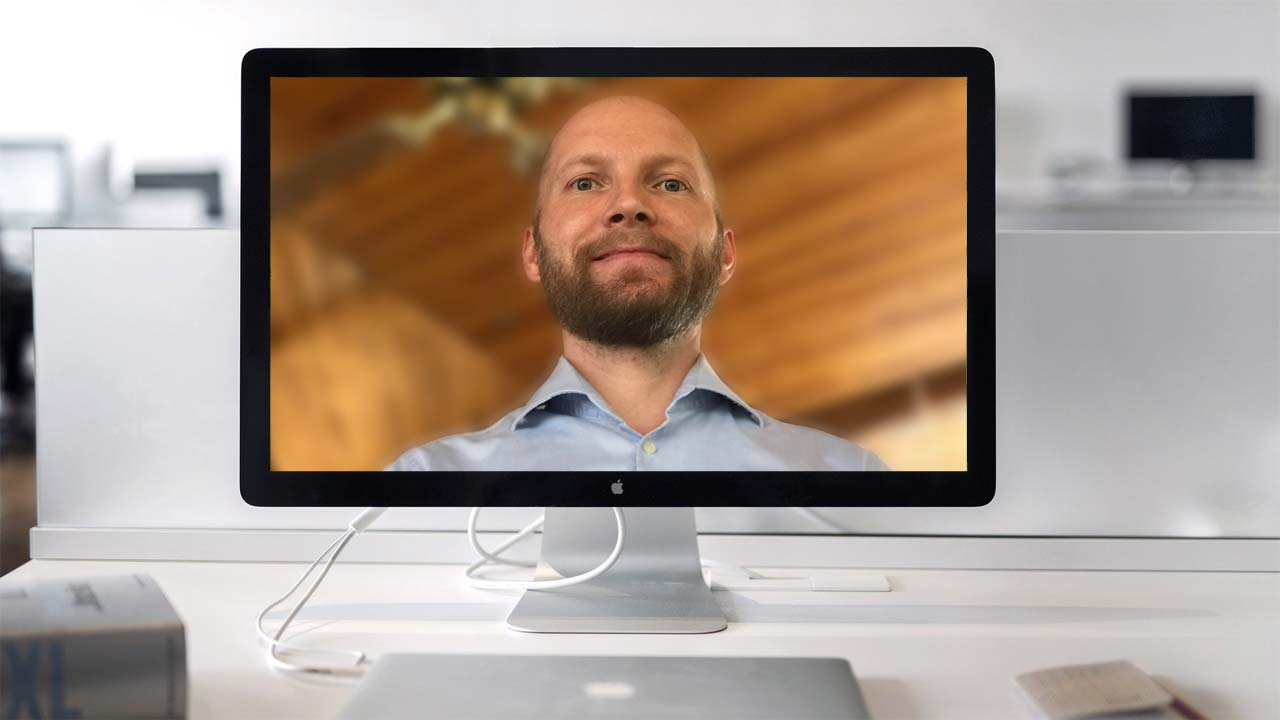 Ist die Kamera beim Live Webcast nicht auf Augenhöhe, kann sie Sie untersichtig filmen.
