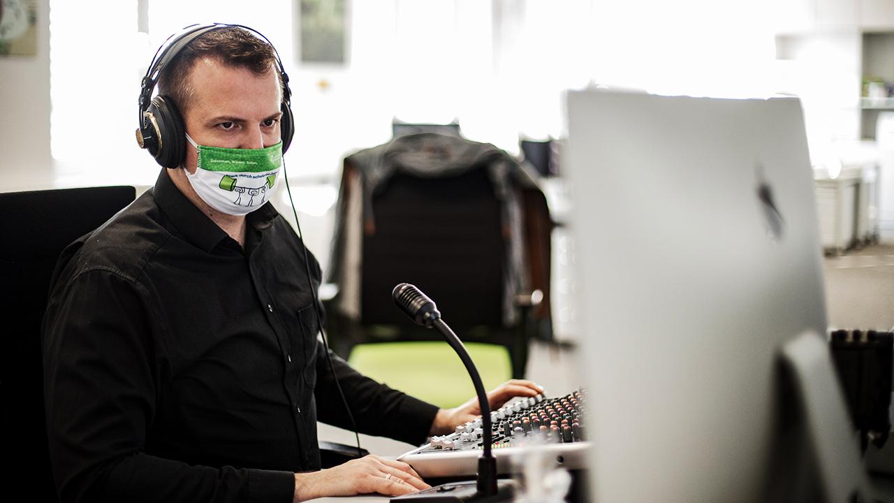 Ein virtueller Kongresse funktioniert nur, wenn jeder seine Aufgaben kennt. Hier zu sehen ist Brian Morrison, der sich um Ton und Regie kümmerte.