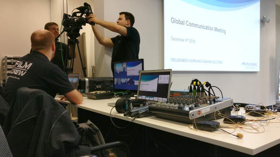 Als Livestream Produzent benötigen wir  viel Technik und wenig Platz. Hier zu sehen ist der Aufbau der Technik beim Vileda Livestream.
