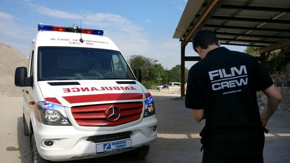 Kameramann Sebastian Schultze filmt das Ambulanzfahrzeug in Viernheim.
