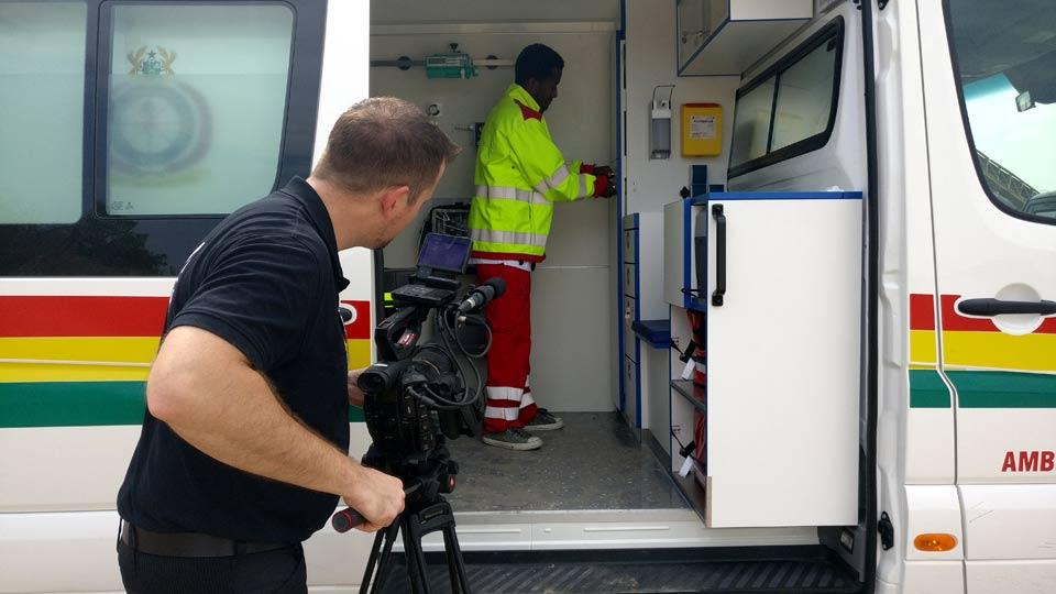 Pionier Brian Morrison filmt Details innerhalb des Fahrzeugs.