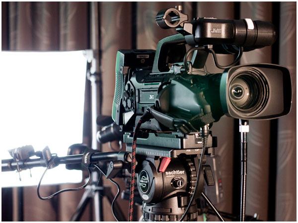 Zum Einsatz kommen unterschiedliche Kameras. Hier zu sehen ist eine JVC-GY HM750E.