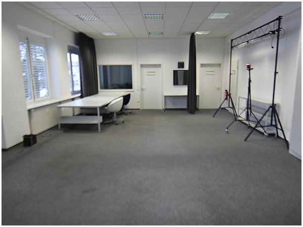 Unser Filmstudio mit Blick auf den Regieraum.