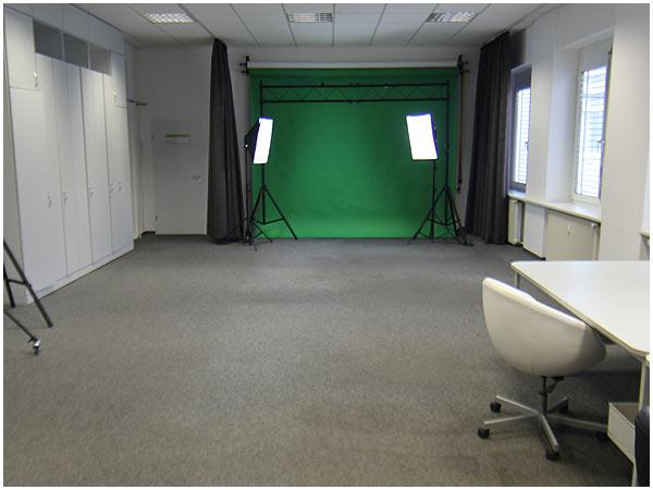 Das Studio verfügt über einen vormontierten Screen, kann jedoch auch vergrößert werden.