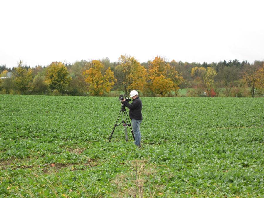 Mitten auf der grünen Wiese - So sieht es aus, wenn Pioniere einen Stromtrassenbau filmen.